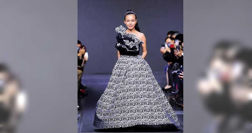 去年12月彭佳慧出席「鶯歌陶瓷藝術季」,為設計師潘怡良獻出走秀初體驗,極具天后氣勢。(圖/新北市政府提供)