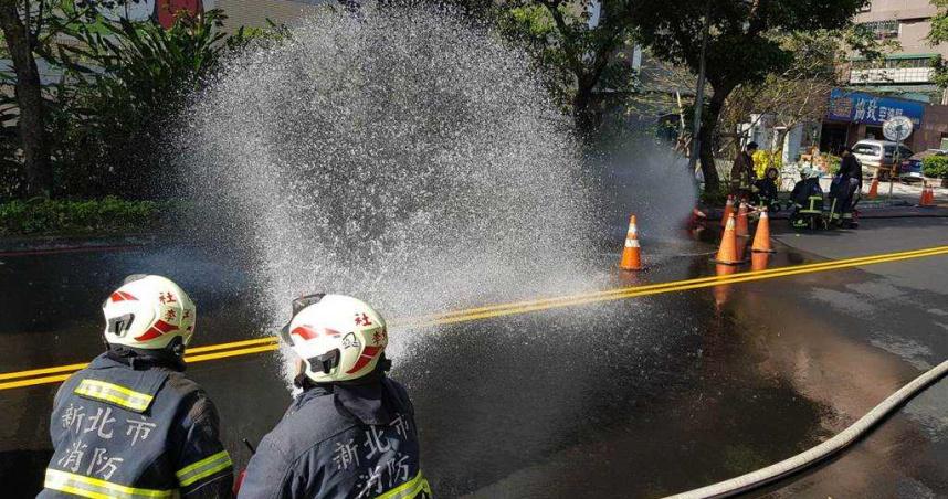 汐止康寧街瓦斯漏氣 警消封閉道路灑水找洩漏口