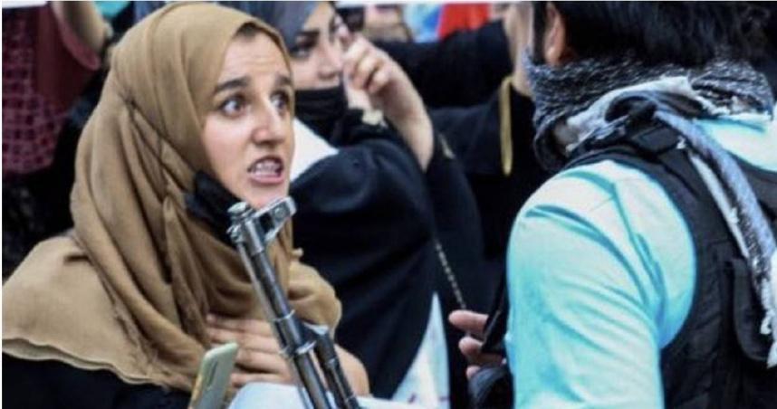 無畏!阿富汗街頭湧現多場抗議活動 婦女凝視塔利班武裝分子槍管