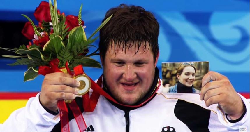 中國舉重選手「拚死留牌」內傷引退 奧國代表遭霸凌轉隊反奪金牌