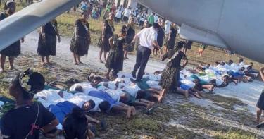 真是特別的文化呢!30兒童當地毯供陸大使踩踏 吉里巴斯議員辯稱:當地習俗