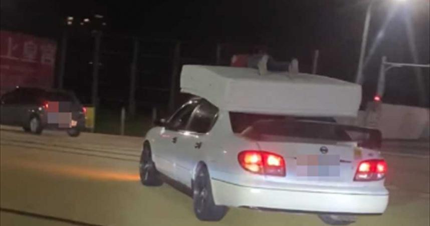 淡水玩命搬家!車頂擺床墊「人肉固定」 警方:罰單直接寄到家