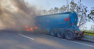 台61線水泥槽車追撞工程車 瞬間起火1燒死1人遭斷肢慘死