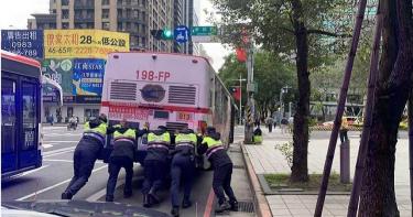 公車拋錨顧路邊 波麗士秒變大力士網讚爆