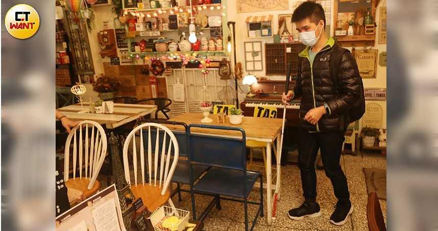 盲人咖啡廳3/上班前先「人體定位」避免撞到 「是我要適應」阻闆娘調整桌椅