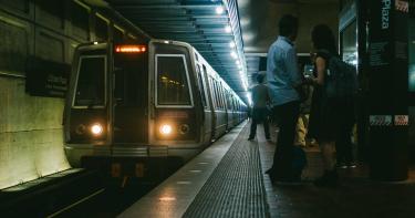 丈夫落軌遭「列車狠輾斃」!妻子隨後帶5歲女兒上吊自殺