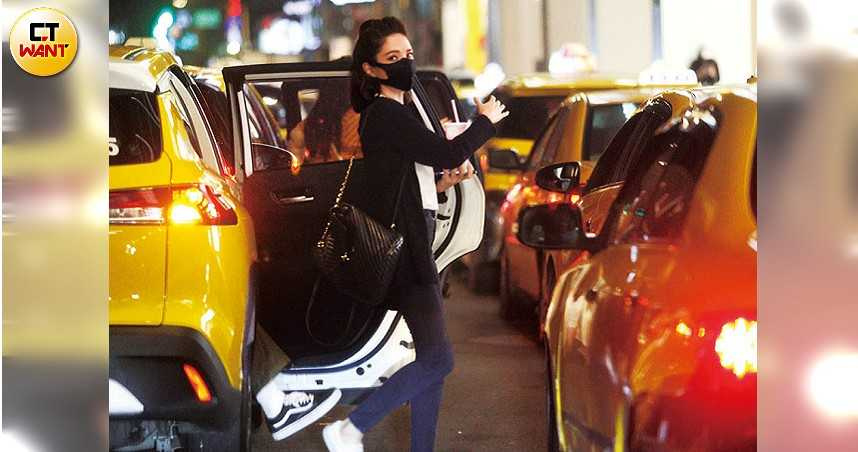 許瑋甯搭乘計程車到電影院,馬不停蹄地為新片宣傳。(圖/本刊攝影組)