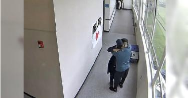 失戀攜槍進校園想輕生!教練「溫暖擁抱」阻止悲劇