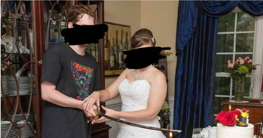 太隨興?路人甲?新郎穿短褲T恤出席自己的婚禮 網路看不下去罵翻