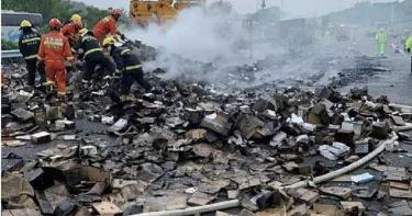 貨櫃車高速公路上側翻起火!「2萬台iPhone手機」燒到焦黑全報銷