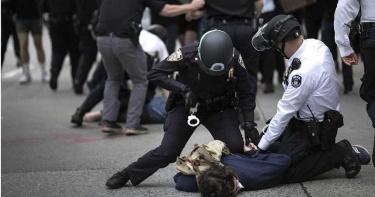種族歧視燒不停!受夠天天示威暴動…美警當街宣布辭職:你們贏了