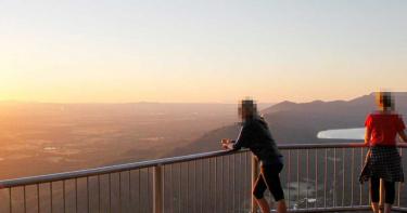 拍美照跨過柵欄! 38歲女下秒「當著家人面前」滑倒活活摔死