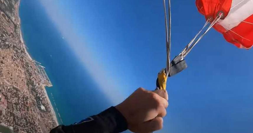 跳傘驚見「繩索纏在一起」!他4300M跳下狂飆髒話 驚險畫面曝光