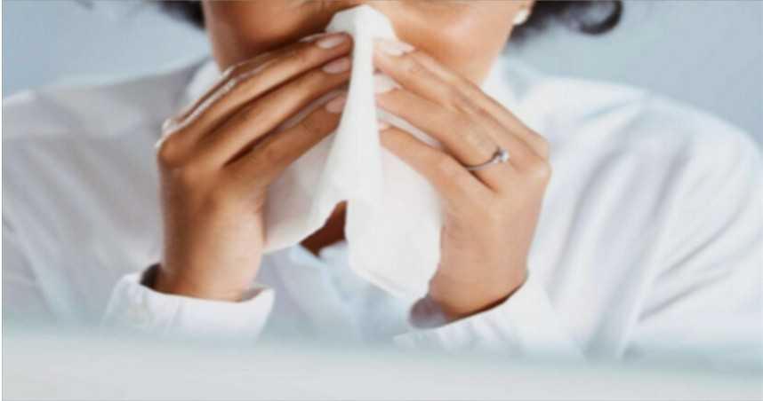 打噴嚏捏鼻子損傷4部位!醫提醒:恐導致中耳炎、喉嚨破裂