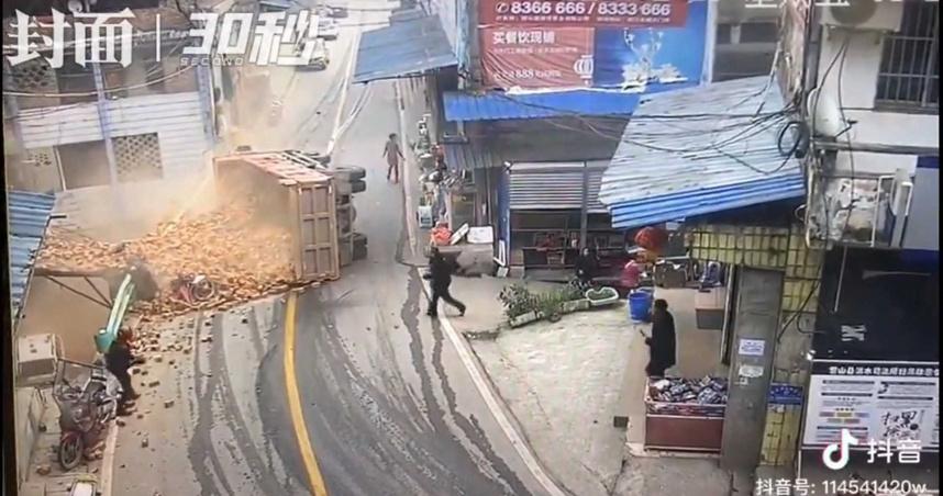過彎沒減速!貨車「整斗磚頭」迎面砸落 3人遭活埋
