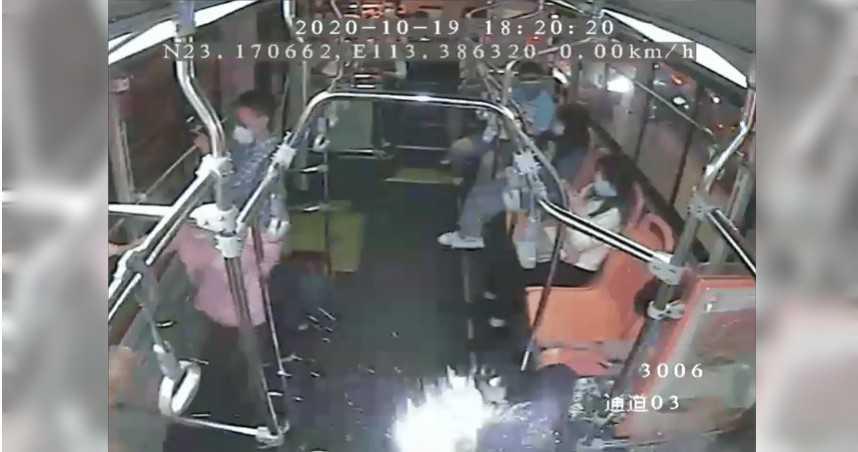 公車上手機充電突自燃「如放煙火」乘客嚇壞 車長沉著淡定成功化解危機