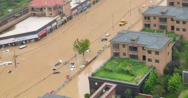 鄭州暴雨至少12死!網聲援「熱乾麵為胡辣湯加油」 企業明星捐款救助