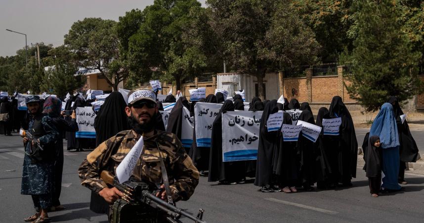 她們無法代表我!蒙面女大生遊行呼籲接受新政府安排 塔利班全程武裝護衛