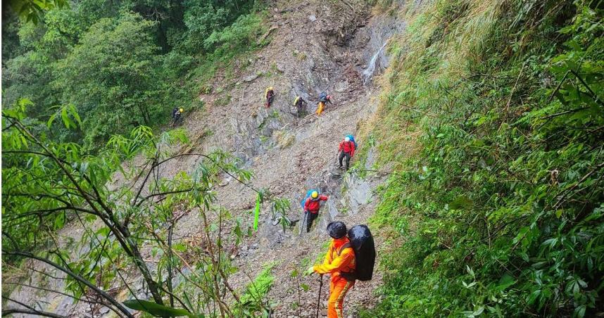 搶救攀大鬼湖墜谷1死1傷 風雨仍大…搜救人員步行40小時觸傷者
