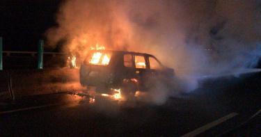 國道三號休旅車起火燒成廢鐵 一男一女驚險逃生受輕傷
